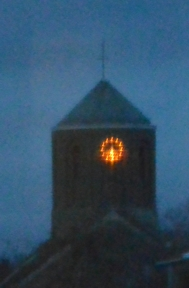 Kirchturmuhr leuchtet