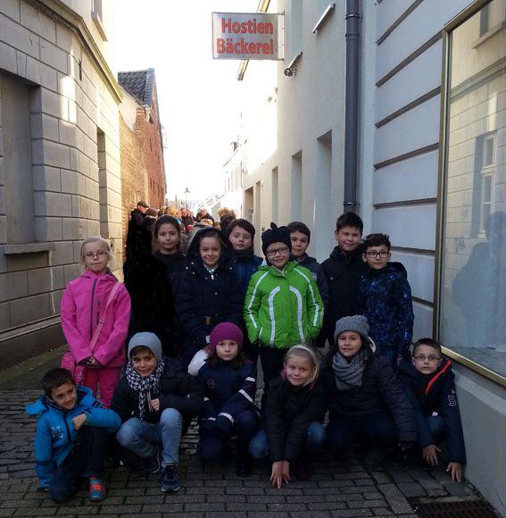 Kommunionkinder auf großer Fahrt zur Hostienbäckerei